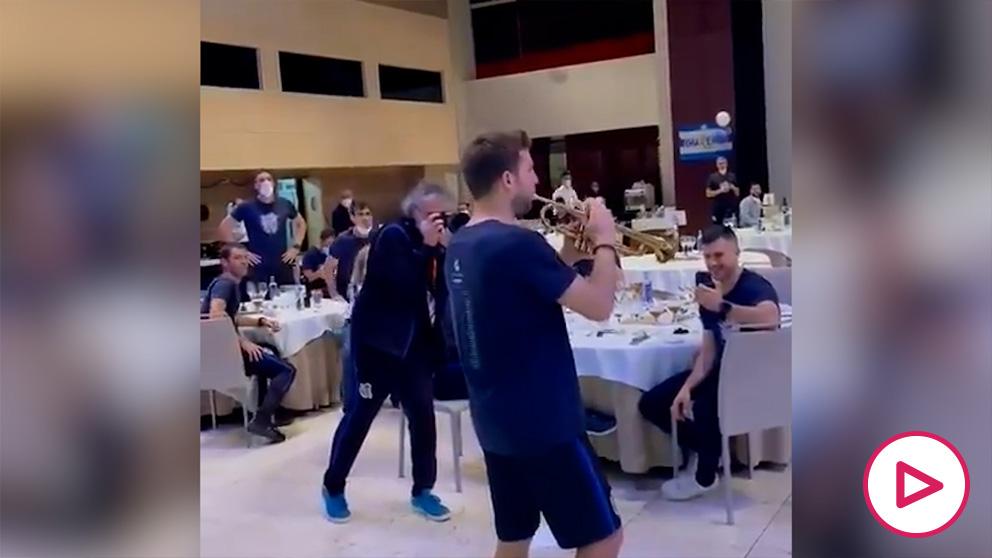 Asier Illaramendi tocando la trompeta en la celebración del título de Copa
