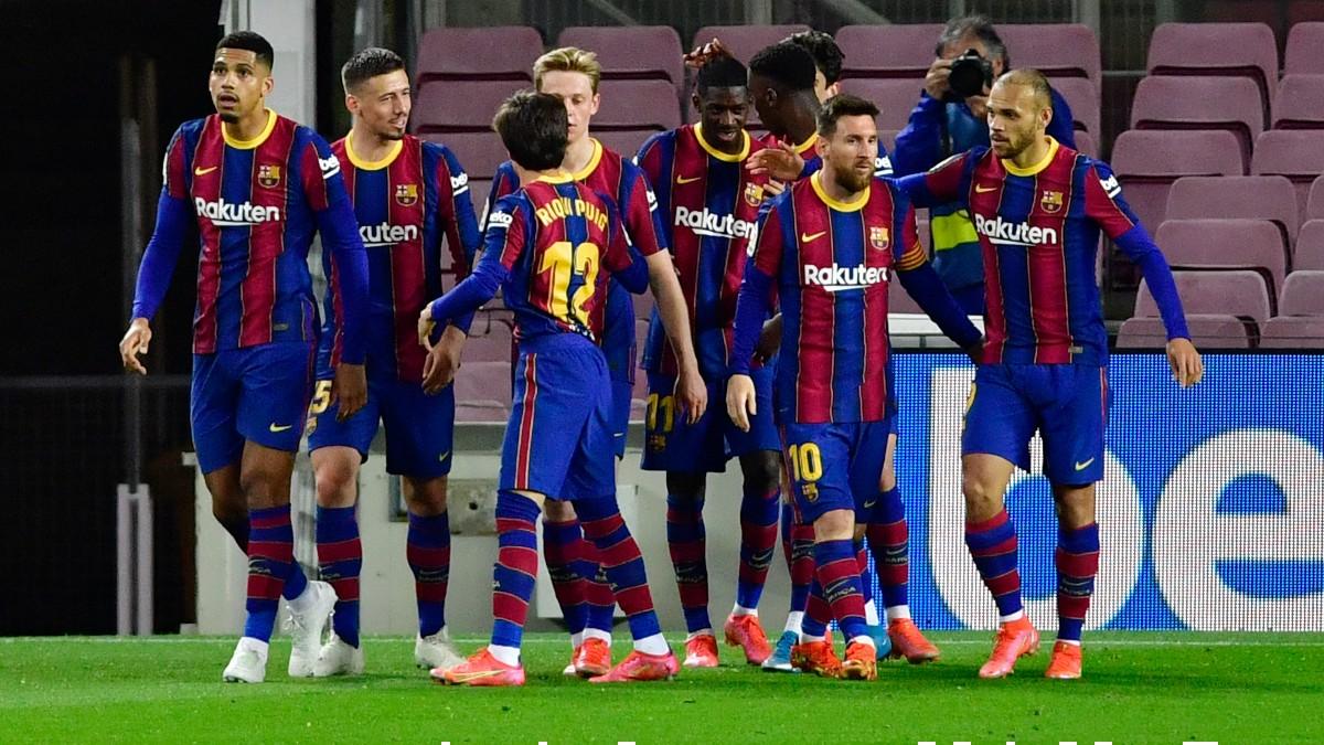Los jugadores del Barcelona celebran el gol de Dembélé ante el Valladolid. (EFE)