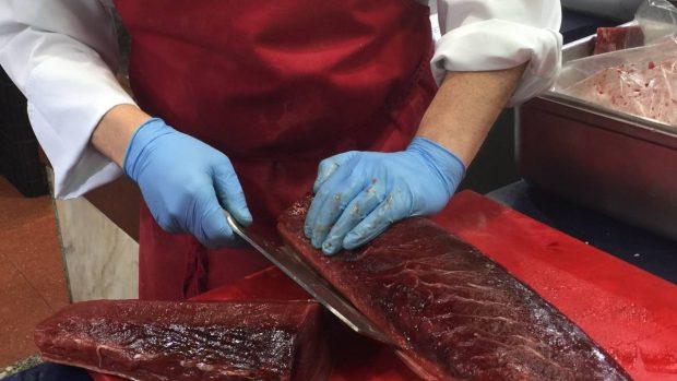 Cortando el atún