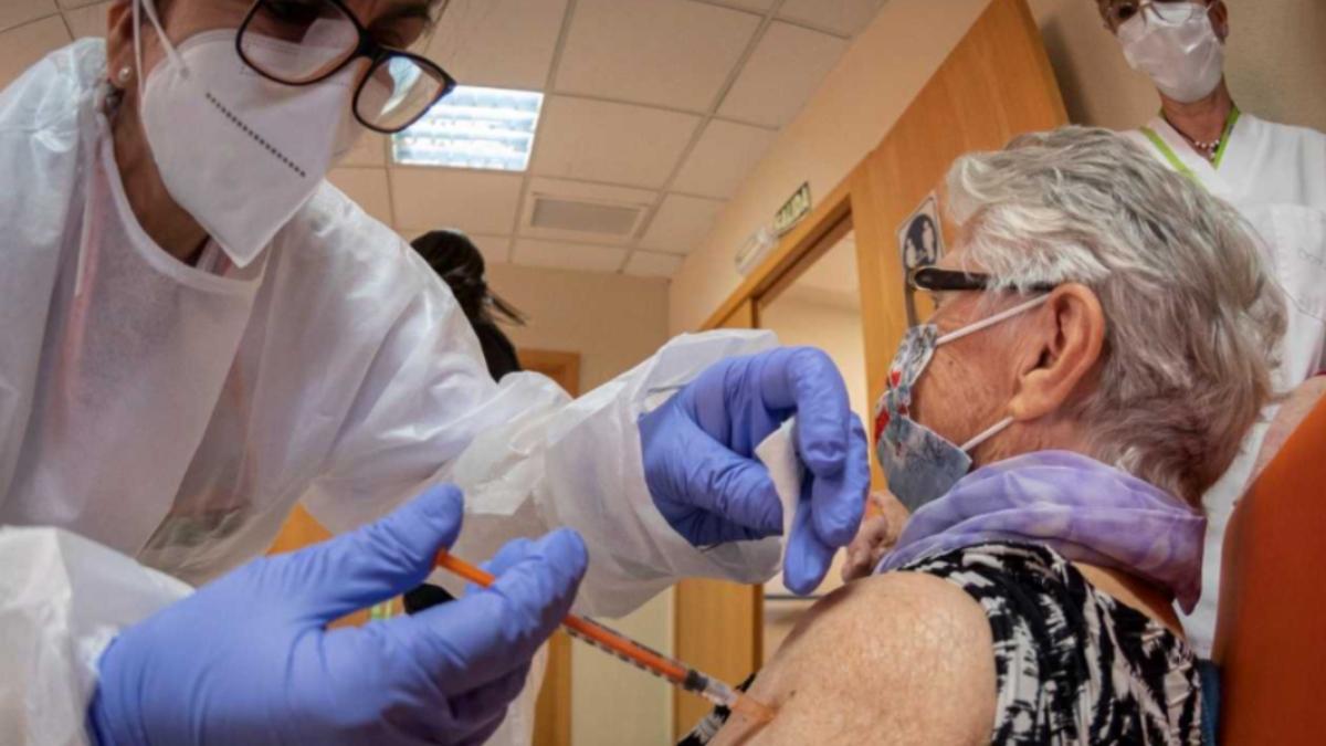 Una mujer mayor de 80 años recibe su vacuna en Madrid.