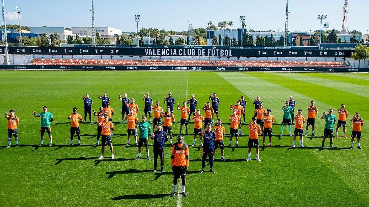 Los jugadores del Valencia posan junto a Diakhaby.