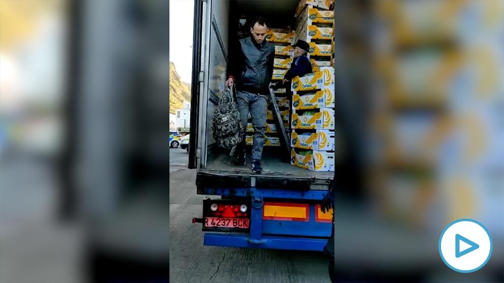Las autoridades detectan un repunte de inmigrantes ilegales escondidos en camiones para intentar abandonar las Islas Canarias.