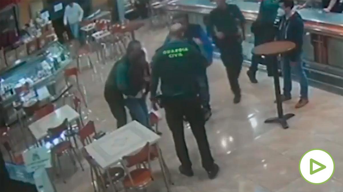 Dos guardias civiles salvan la vida a un hombre que se atragantó comiendo un bocadillo