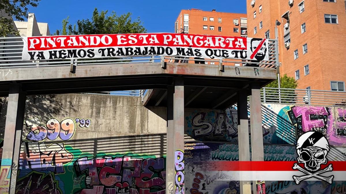 Pancarta contra Santiago Abascal en Vallecas en una imagen difundida por Bukaneros. (Foto: @bukaneros92)