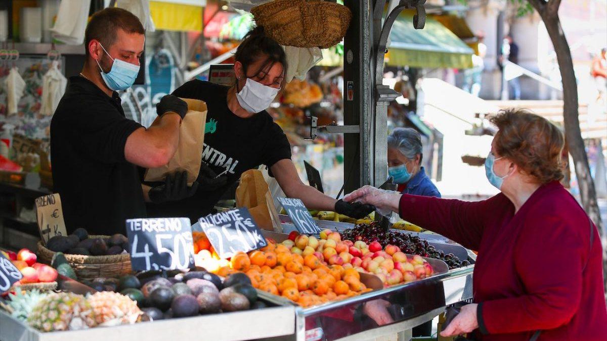 Trabajadores en una frutería (Foto: Iván Terrón/Europa Press).
