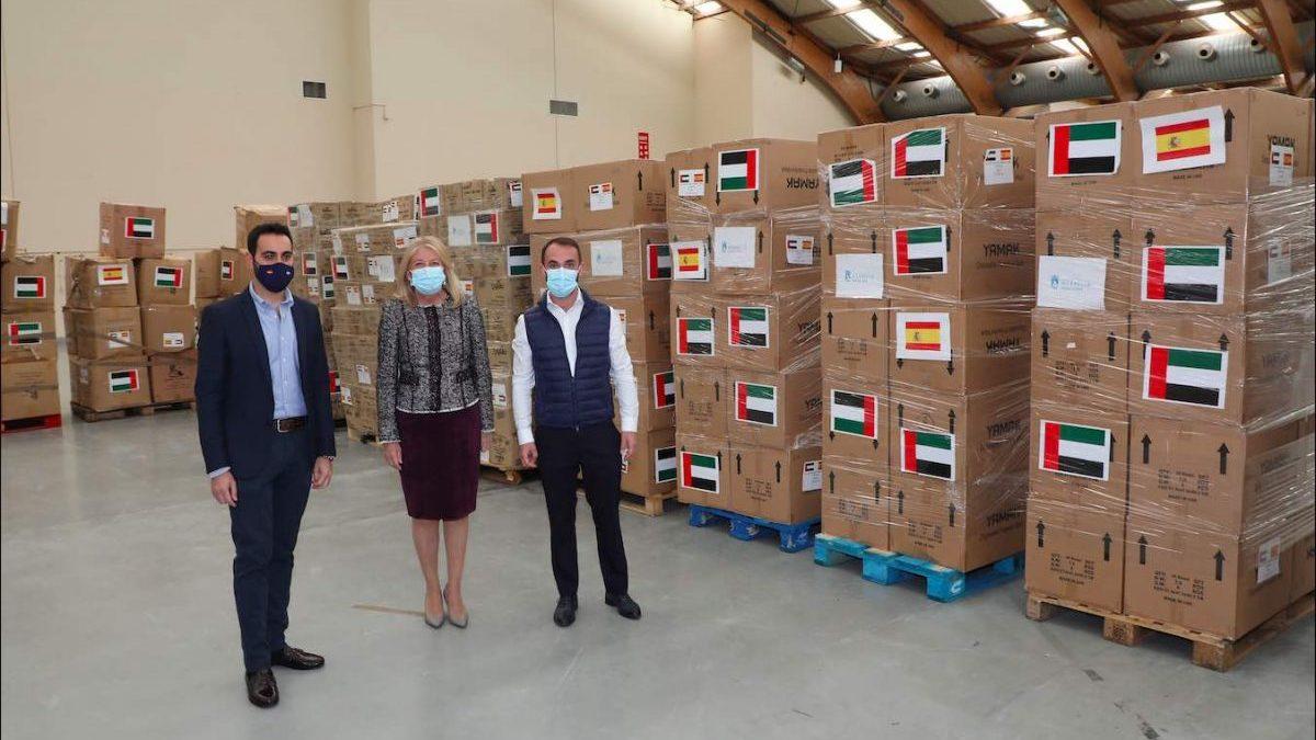 La alcaldesa de Marbella, Ángeles Muñoz, visita el material recibido.