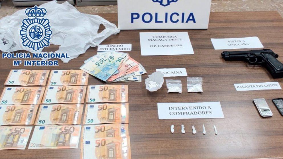 Málaga.- Sucesos.- Detenida una mujer que utilizaba a su hijo menor de edad para vender droga desde su domicilio