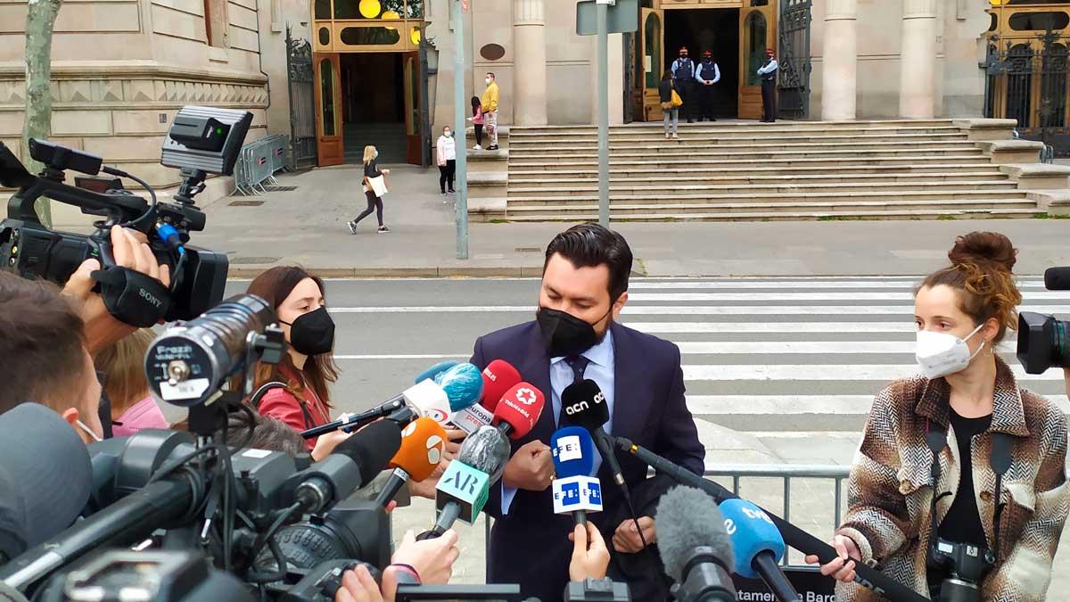 El abogado Jorge Albertini, que representa a la víctima de la violación múltiple de 'la manada de Sabadell', antes del juicio en la Audiencia de Barcelona. Foto: EP