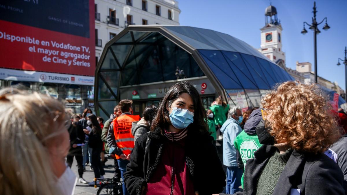 Isa Serra, portavoz de Podemos en la Asamblea, en una concentración en la Puerta del Sol. (Foto: EP)