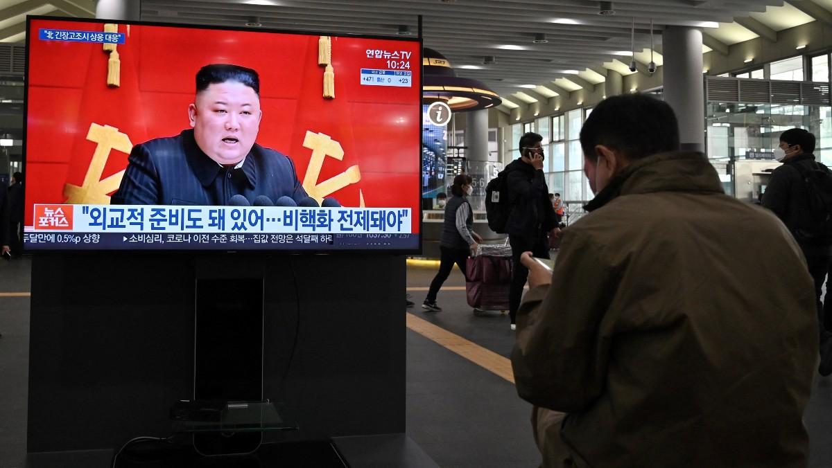 Un ciudadano sigue la comparecencia de Kim Jong-Un. (AFP)