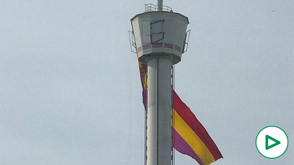 Cuelgan una bandera de la república en un edificio de la Isla de la Cartuja.