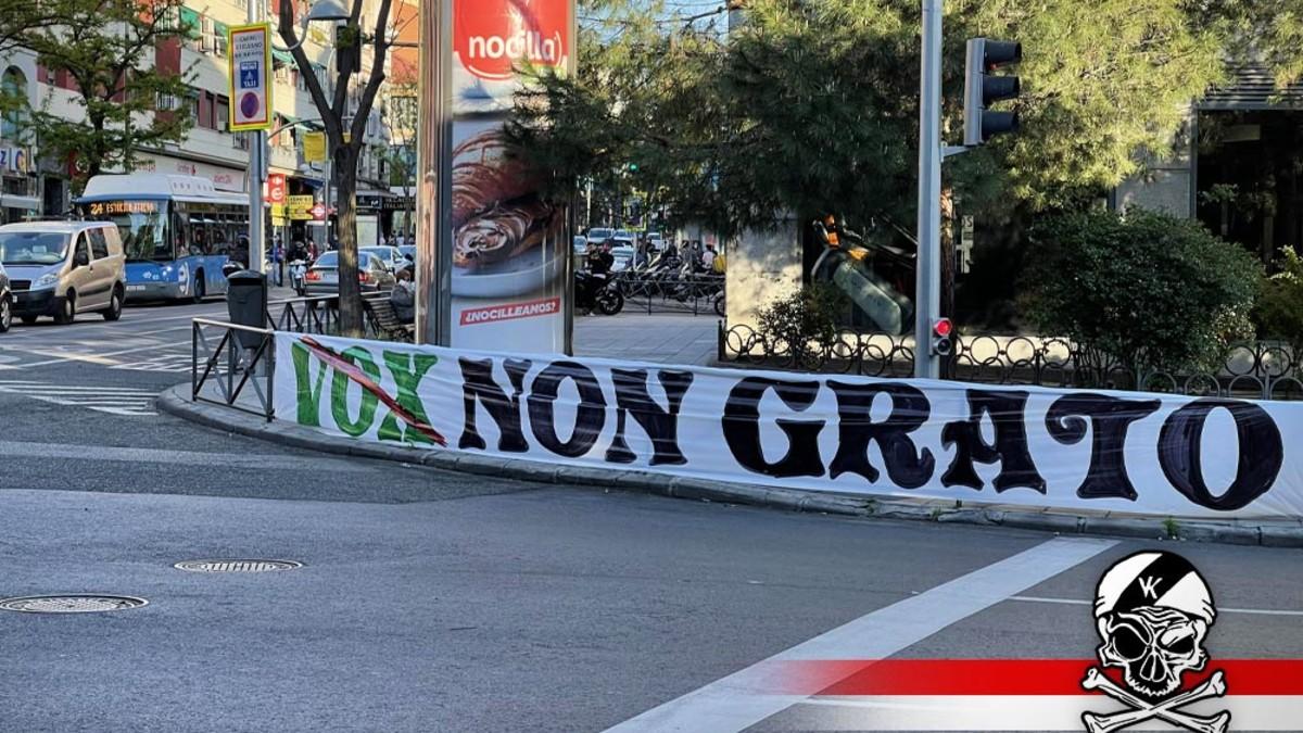 Una de las pancartas colocas en Vallecas contra Vox del grupo de extrema izquierda Bukaneros.