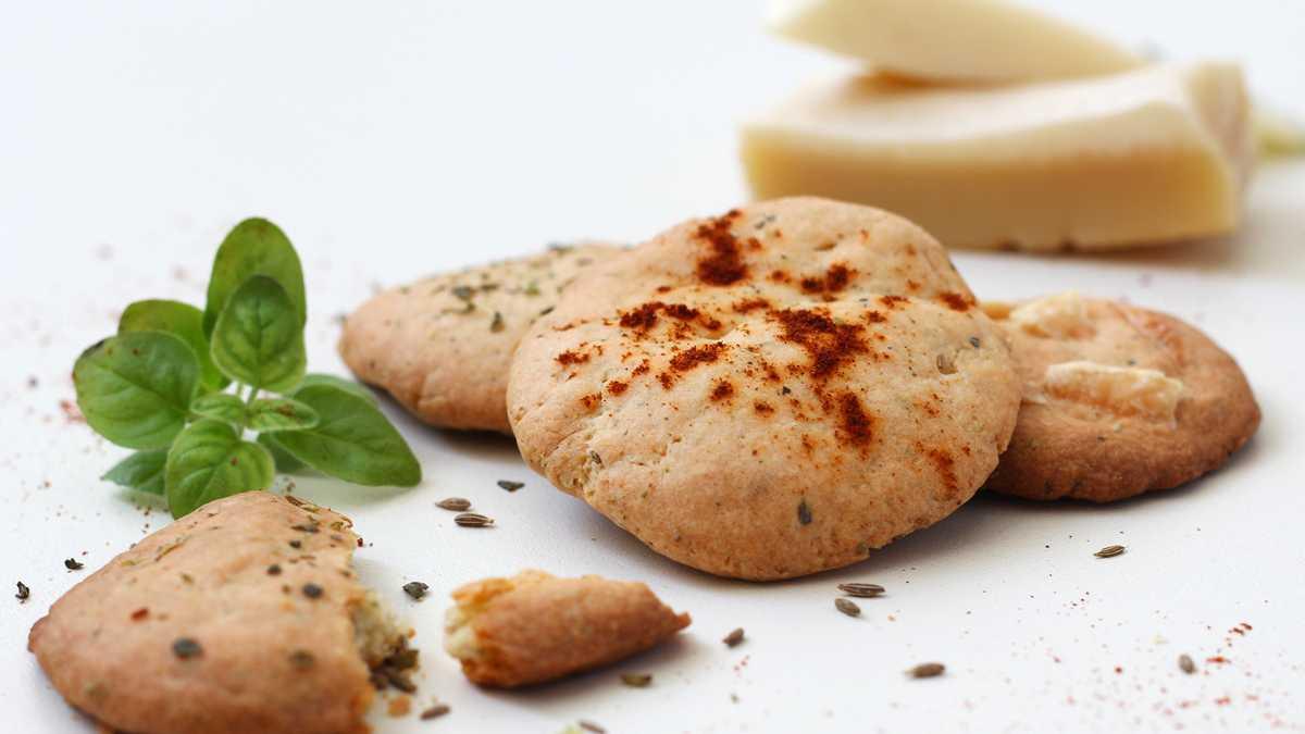 Galletas crackers integrales con hierbas, ligeras y aromáticas