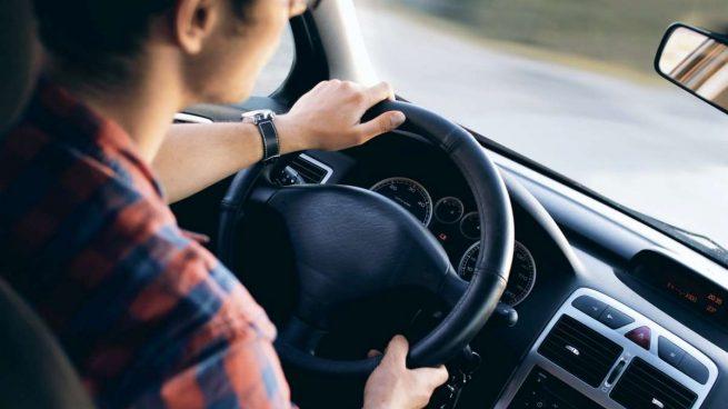 quitar el olor a gasolina en el coche