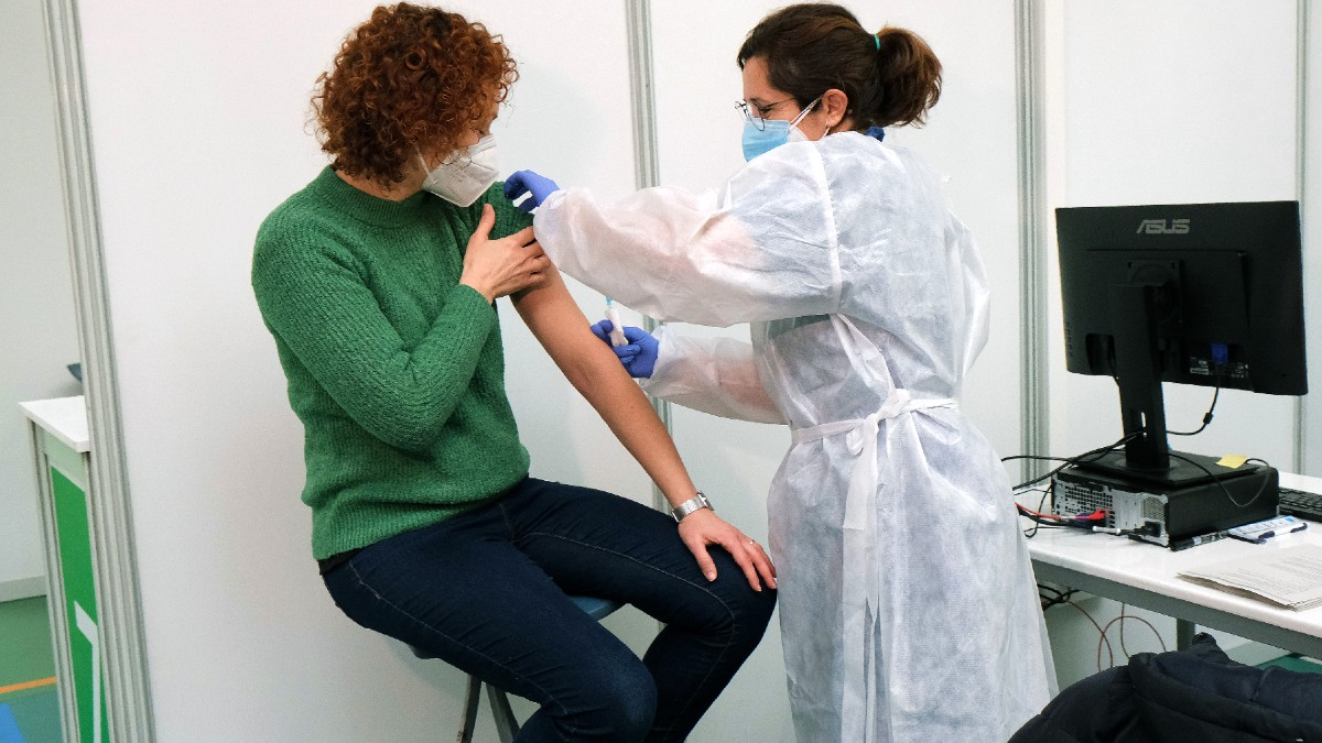 Imagen de archivo de una sanitaria administrando una vacuna en un polideportivo de Palma de Mallorca, Baleares. (Foto: Europa Press)
