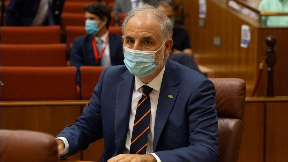 Macario Valpuesta (Vox) toma posesión del acta de diputado en el Parlamento andaluz (Foto: Eduardo Briones / Europa Press).