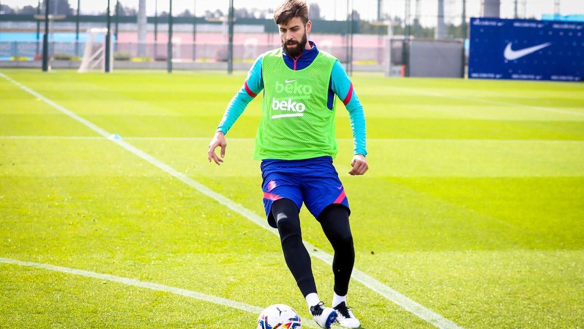 Gerard Piqué, en un entrenamiento con el Barça. (@FCBarcelona)