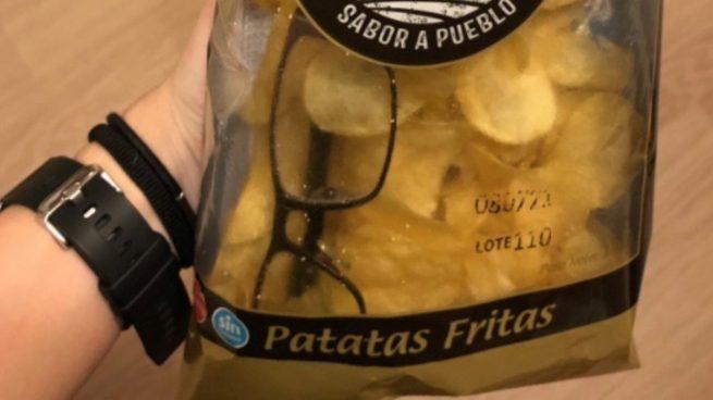 Gafas dentro de la bolsa de patatas fritas