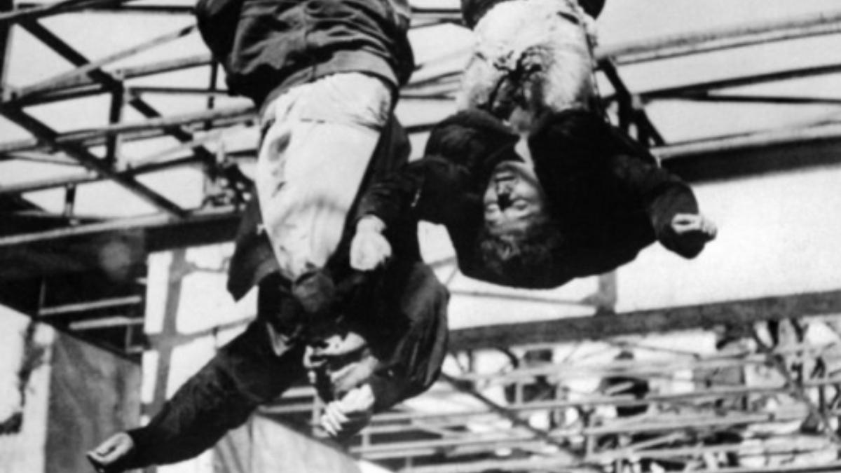 Benito Mussolini y su amante, clara Petacci, colgados boca abajo en 1945.