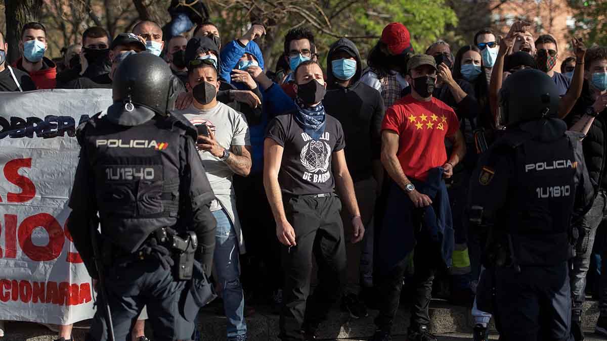 Un grupo de radicales de izquierda en el acto de Vox en Vallecas. Foto: EP