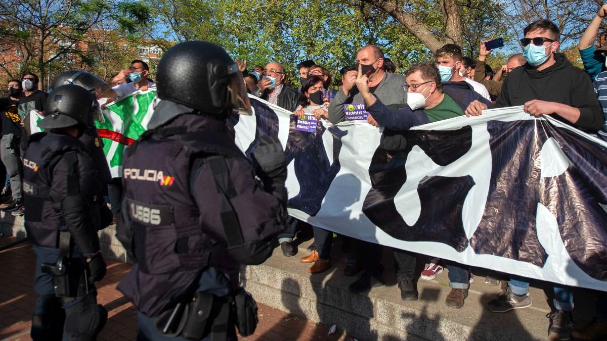 Varios policías frente a los ultraizquierdistas que se concentraron ante el acto de Vox en Vallecas. (Foto: Europa Press)