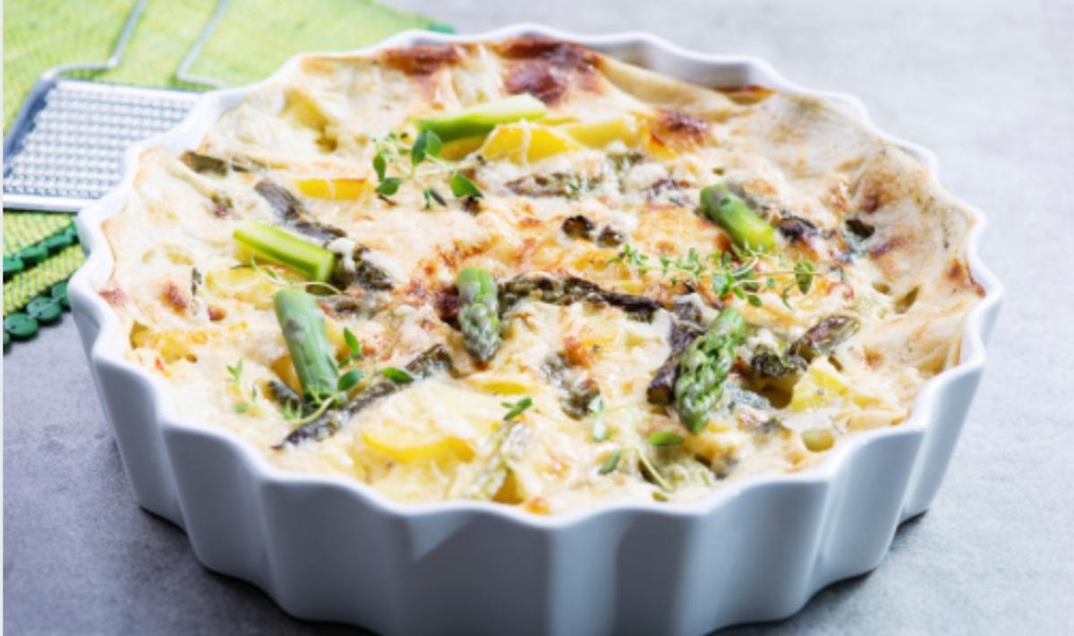 Espárragos gratinados con bechamel y queso, una receta saludable fácil de preparar