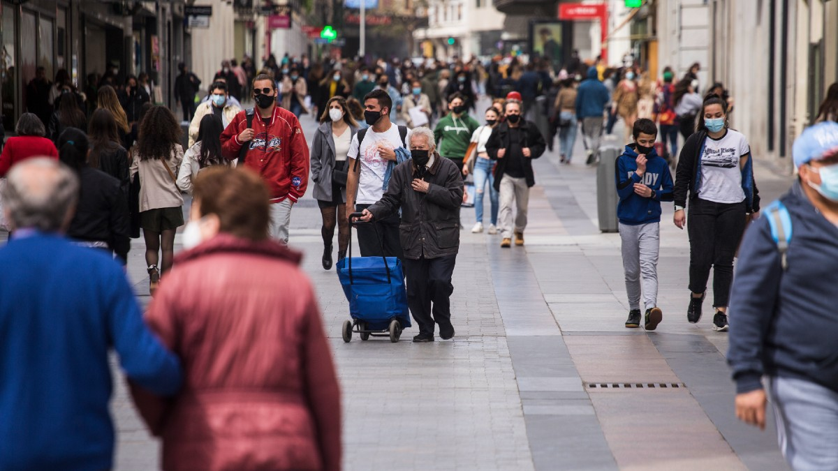 Imagen de archivo de ciudadanos paseando por el centro de Madrid. (Foto: Europa Press)