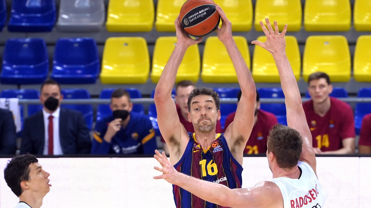 Pau Gasol durante su debut con el Barcelona. (AFP)