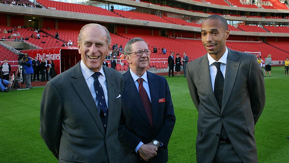 El Príncipe Felipe de Edimburgo, en una visita al estadio del Arsenal. (AFP)