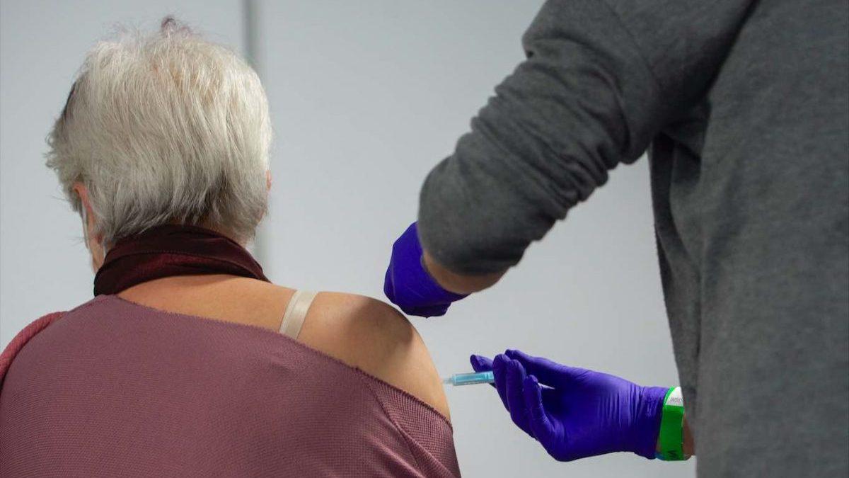 Una trabajadora sanitaria administra la primera dosis de la vacuna AstraZeneca contra el Covid-19.