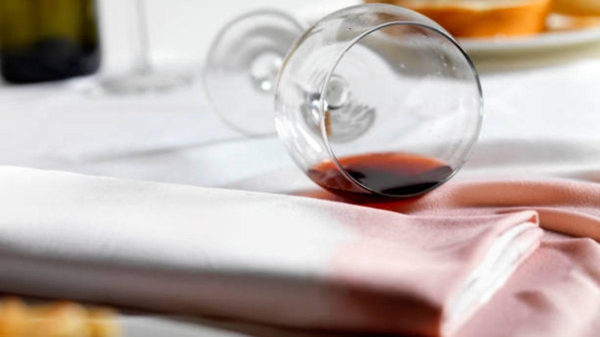 Trucos para eliminar las manchas de vino en el mantel