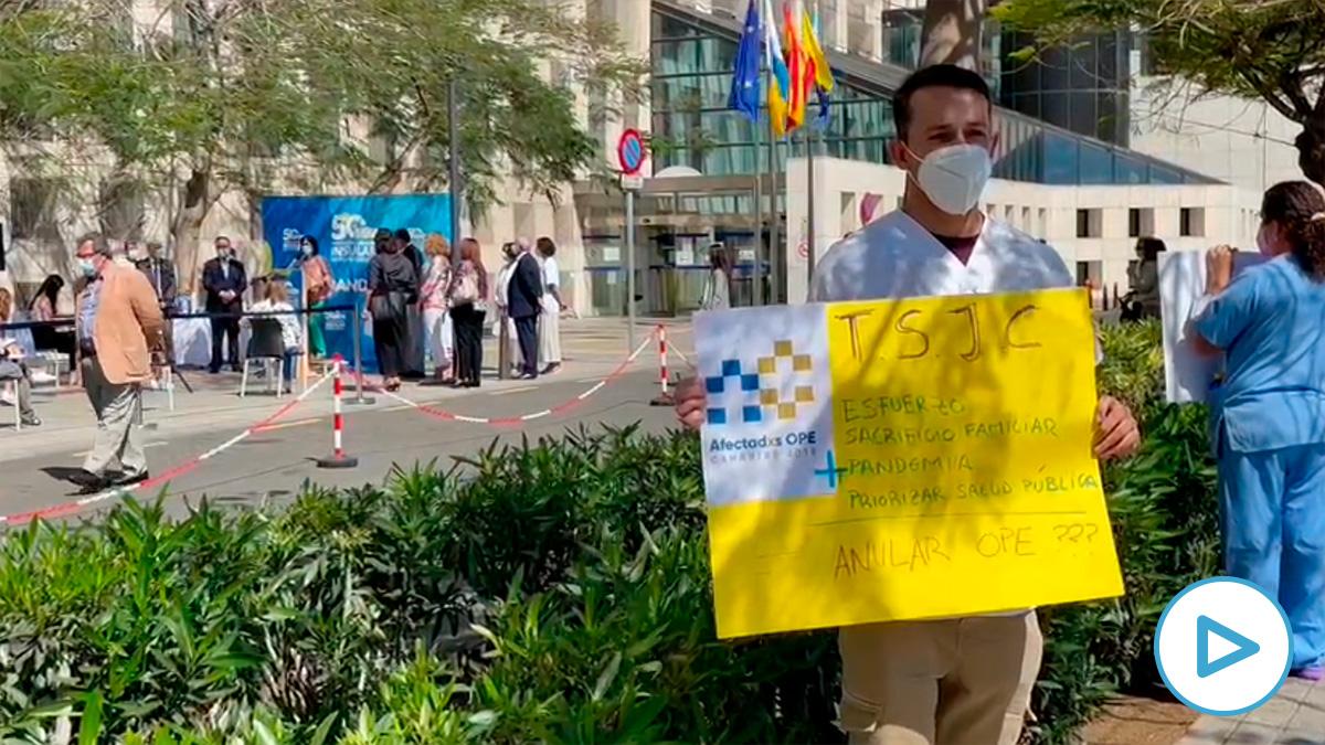 Ssanitarios canarios protesta por sus condiciones durante la visita de Carolina Darias.