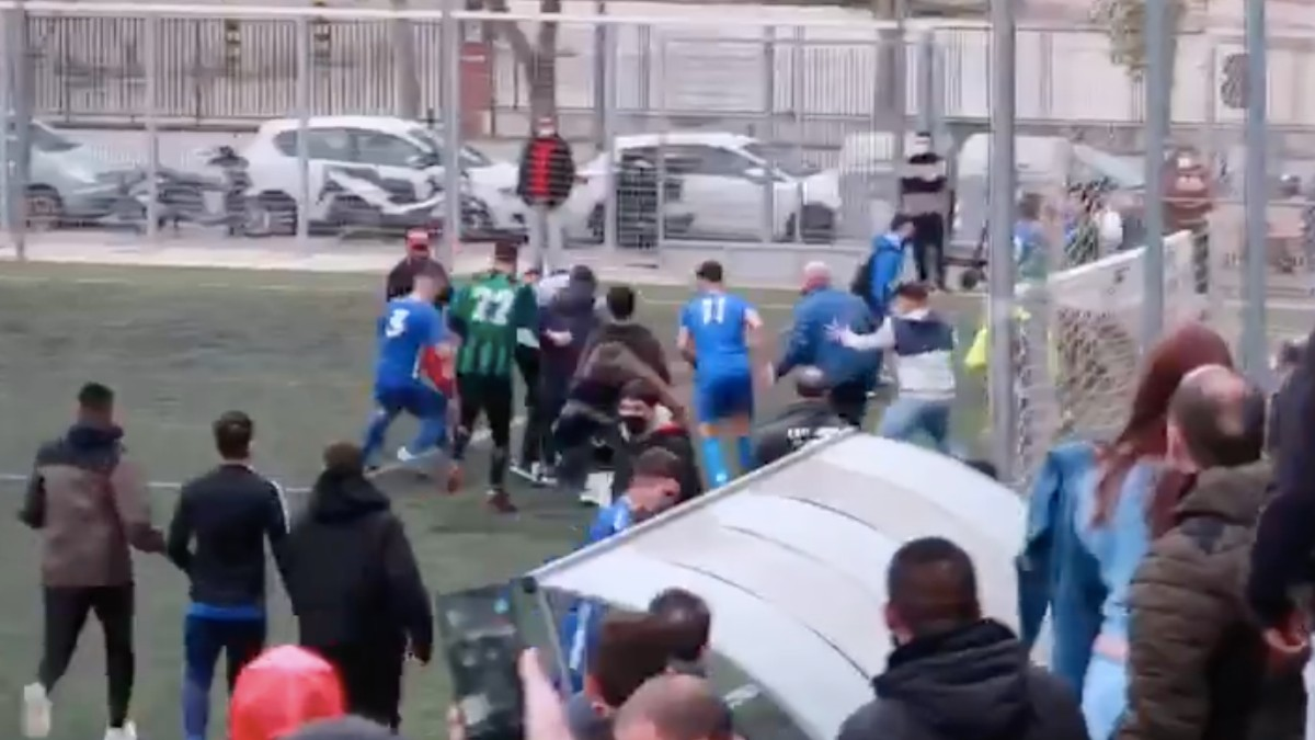 Espectacular batalla campal en un partido de Regional en Cataluña.