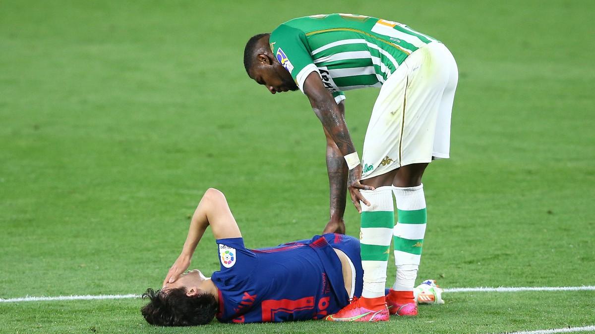 Joao Félix tuvo que ser sustituido contra el Betis. (Getty)