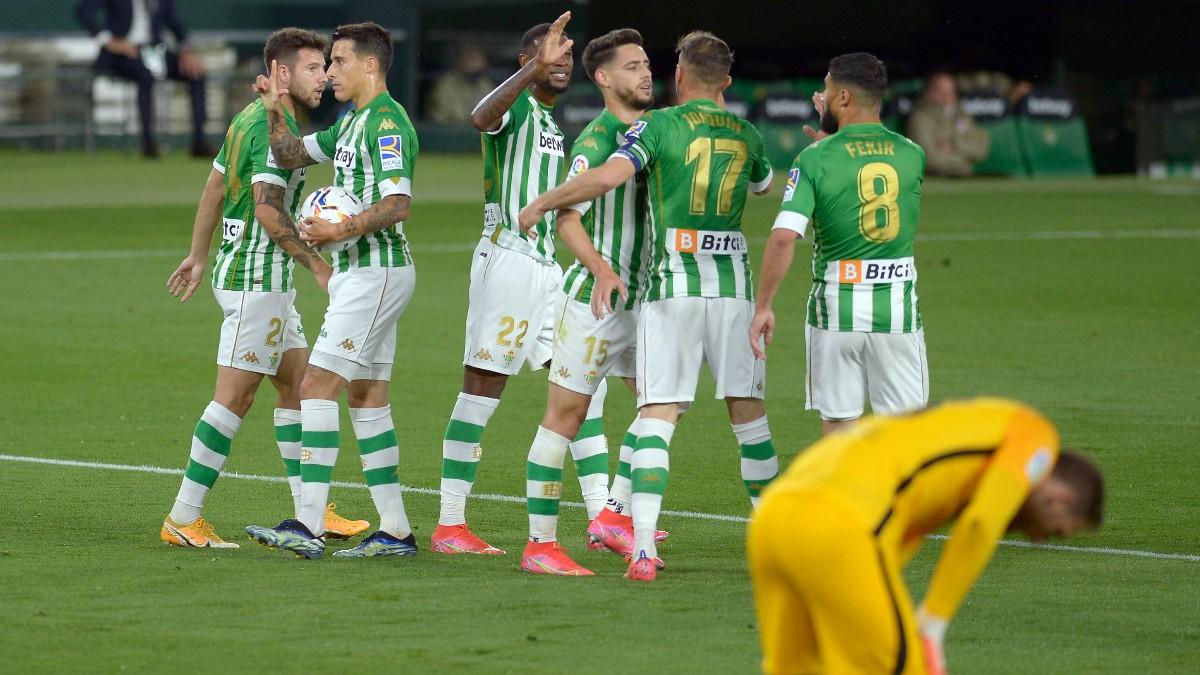 Los jugadores del Betis celebran el gol de Tello contra el Atlético de Madrid. (AFP)