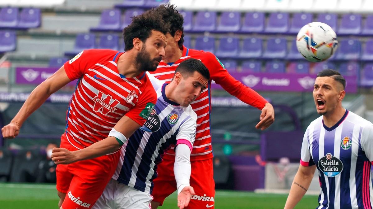 Los jugadores de Granada y Valladolid pelean un balón. (EFE)