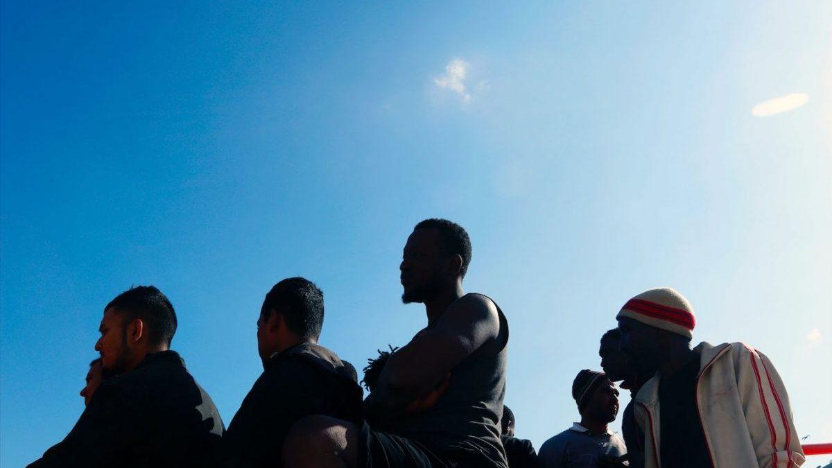 Personas auxiliadas de una embarcación (Álex Zea / Europa Press)
