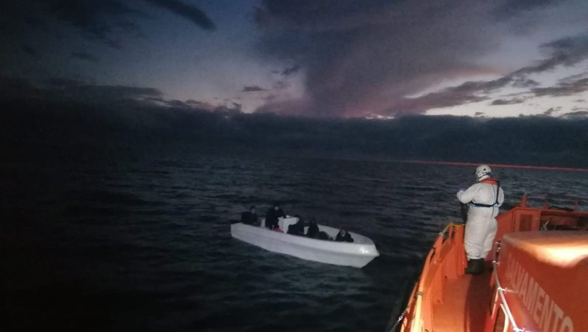 Operación de rescate de una patera en alta mar (Foto: Policía Nacional).