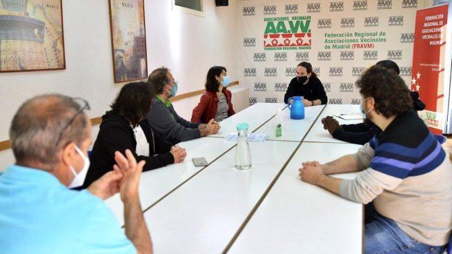 Pablo Iglesias en la reunión con la FRAVM. (Foto: Podemos)