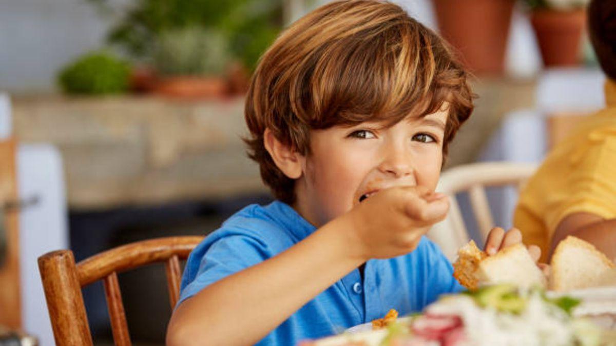 Cómo enseñar a los niños a sentarse bien