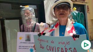 Negacionistas con botellas en la cabeza se mofan de la cifra de 100.000 muertos en España por coronavirus.