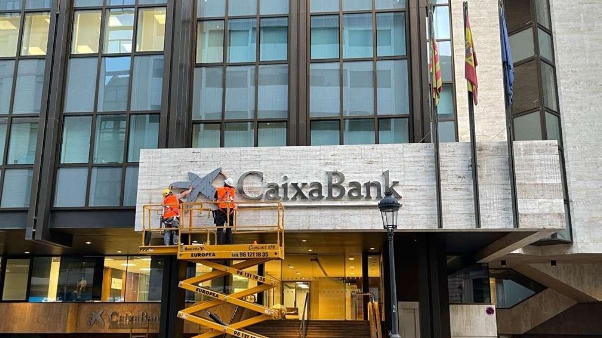 El logo de Caixabank sustituye al de Bankia