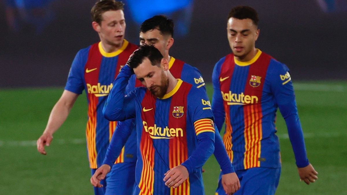 Leo Messi, Dest, Pedri y De Jong, tras uno de los goles del Real Madrid en El Clásico. (EFE)