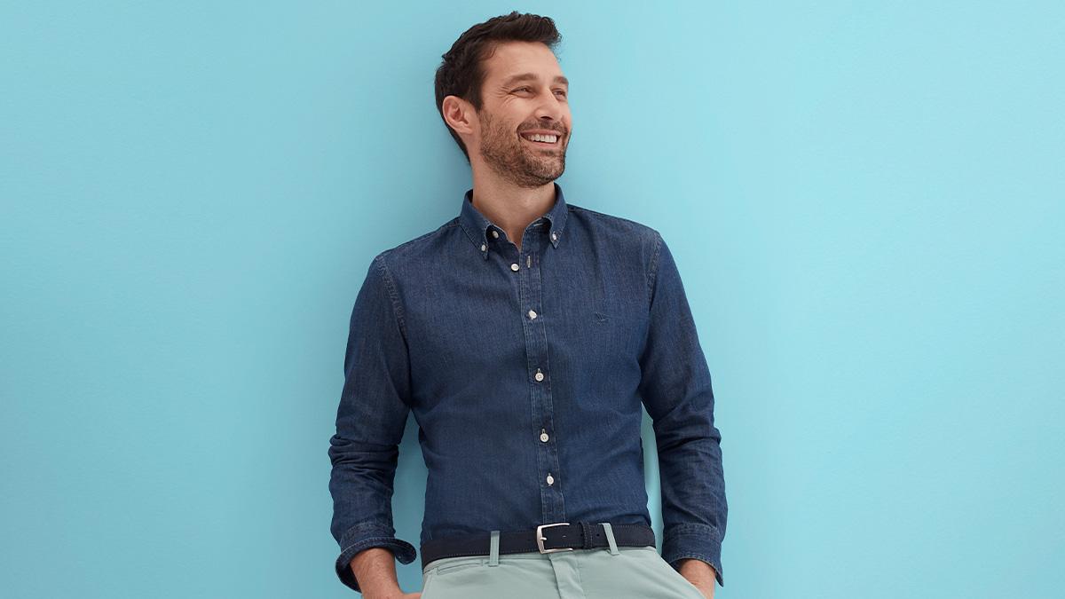 Hombre con camisa azul de Lloyd's @ElCorteInglés