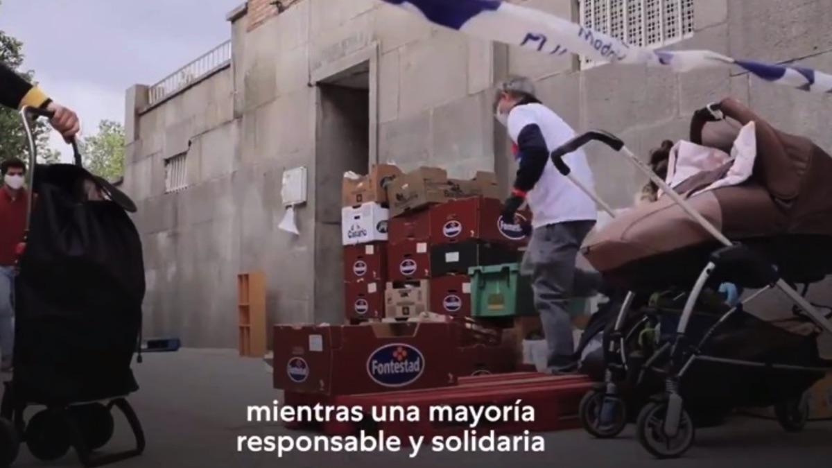 Instante del vídeo de Podemos donde aparecen un entrega de comida de la Fundación Madrina.