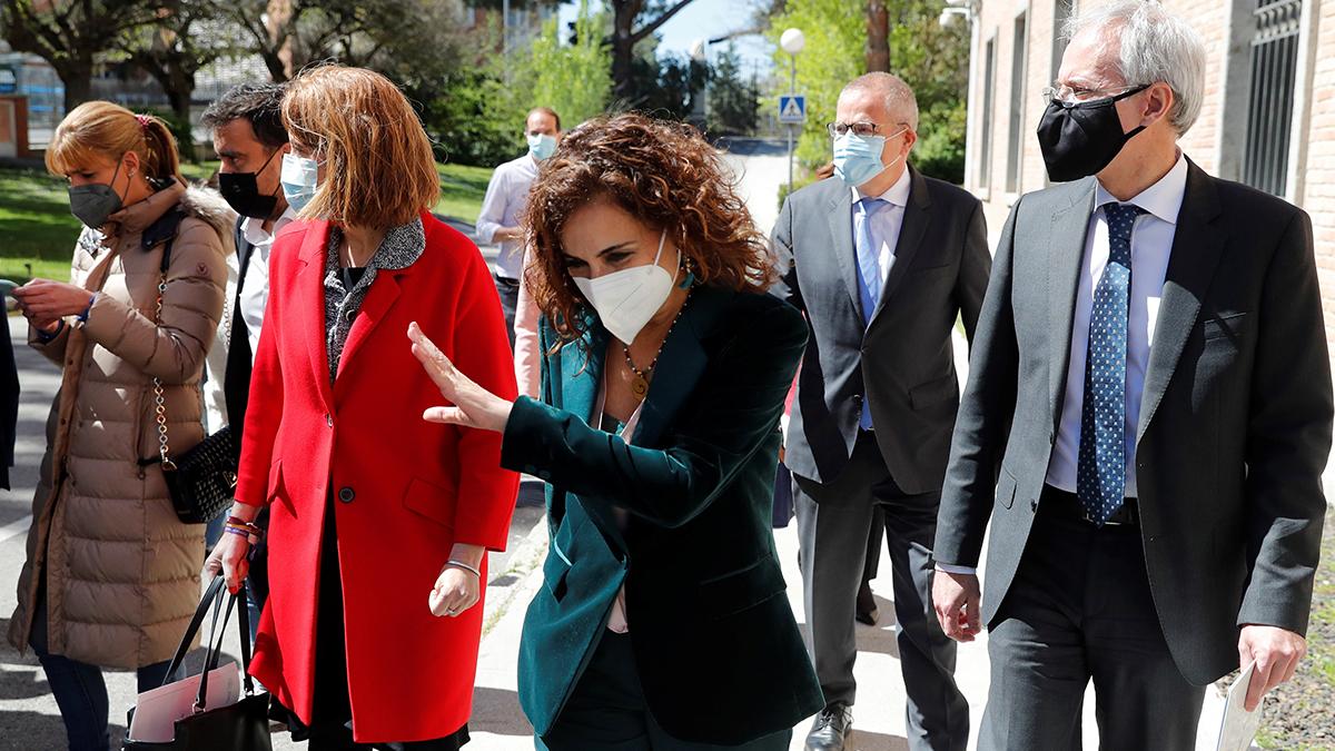 La ministra de Hacienda María Jesús Montero (c) tras asistir a acto de constitución del Comité de Personas Expertas para la Reforma Fiscal en el Instituto de Estudios Fiscales (IEF) en Madrid este lunes.