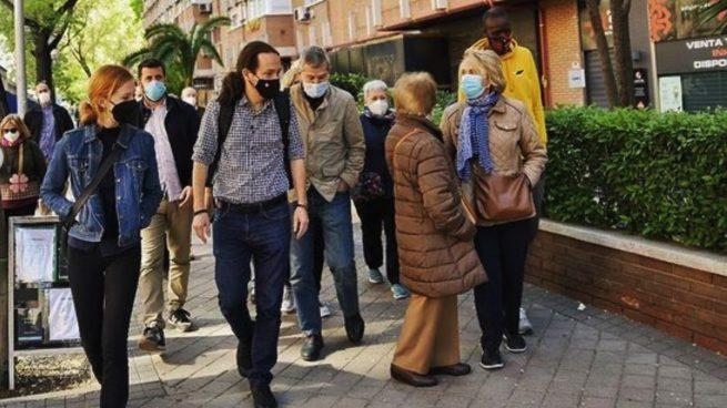 Pablo Iglesias de campaña electoral junto a Lilith Verstrynge. (Foto: Podemos)