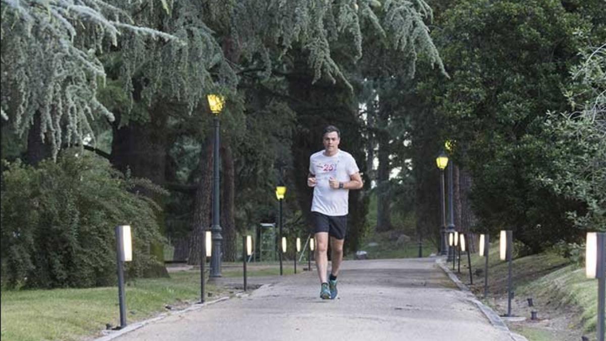 Pedro Sánchez corriendo por los jardines de Moncloa.