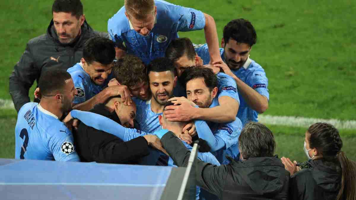 Los jugadores del Manchester City celebran un gol con Guardiola. (AFP)