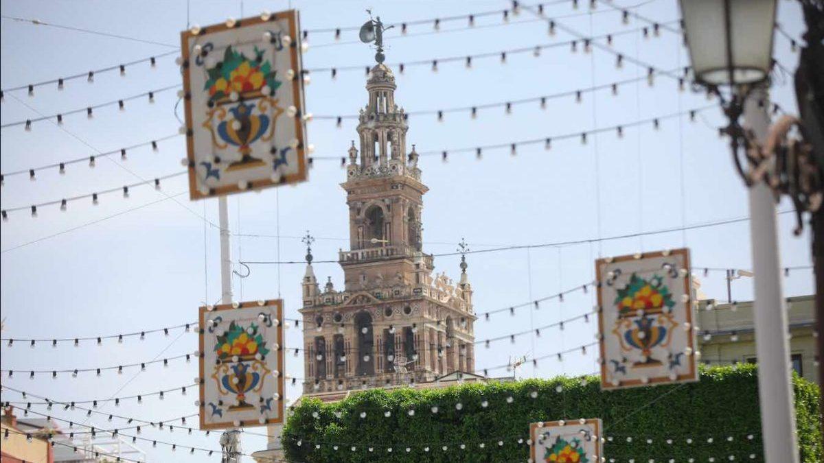 Alumbrado en la Plaza de San Francisco de Sevilla (María José López / Europa Press)